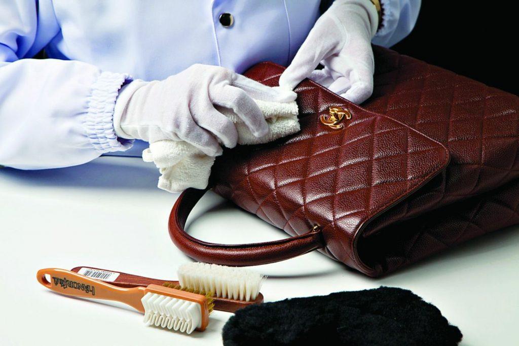 Sử dụng dung dịch chuyên dụng vệ sinh túi xách da cá sấu